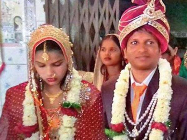 Chú rể Ravi Kumar kết hôn với cô gái xa lạ do bị cô dâu cũ bỏ luôn trong đám cưới. Ảnh: Gulf News