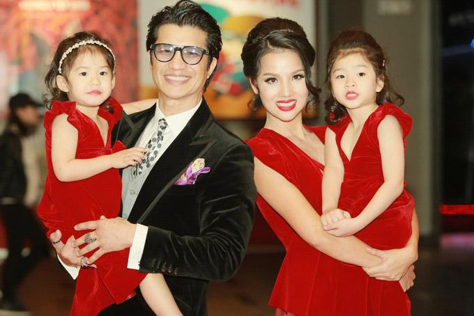 Vợ chồng Dustin - Bebe cùng hai con gái trong sự kiện ra mắt phim 798Mười. Tác phẩm đã thu về 31 tỷ đồng sau 5 ngày công chiếu trong dịp Tết.