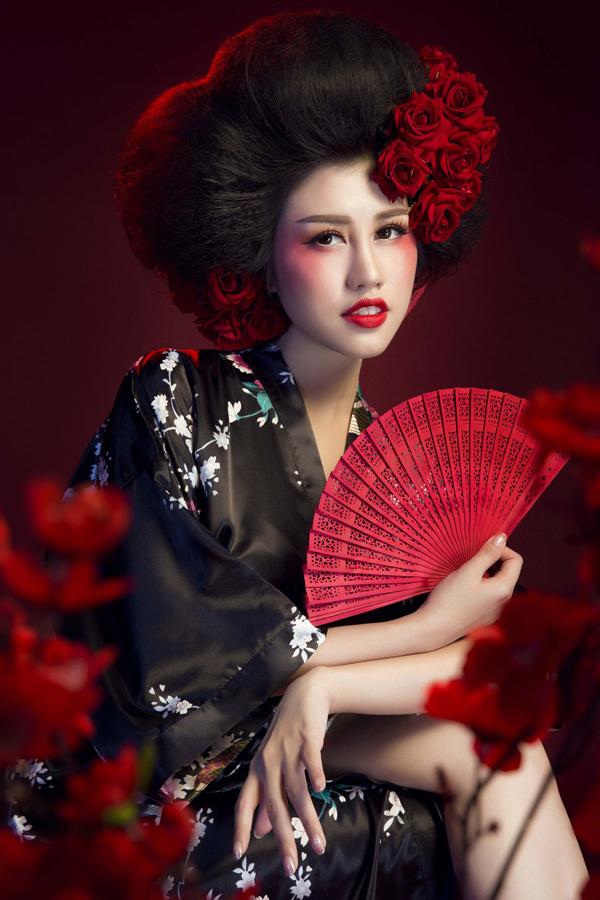 Mái tóc của người đẹp 9X được đánh phồng, tô điểm bằng những đóa hồng đỏ rực.