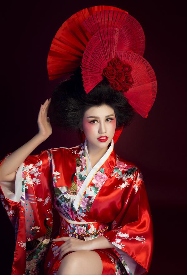 Người đẹp diện kimono,làm duyên trước ống kính.