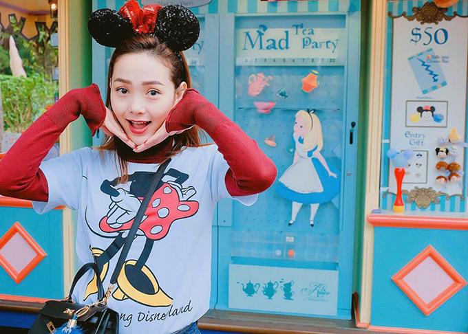 Minh Hằng trở về tuổi thơ khi bước chân vào công viên Disneyland ở Hong Kong - nơi được mệnh danh là xứ sở hoạt hình đầy diệu kỳ.