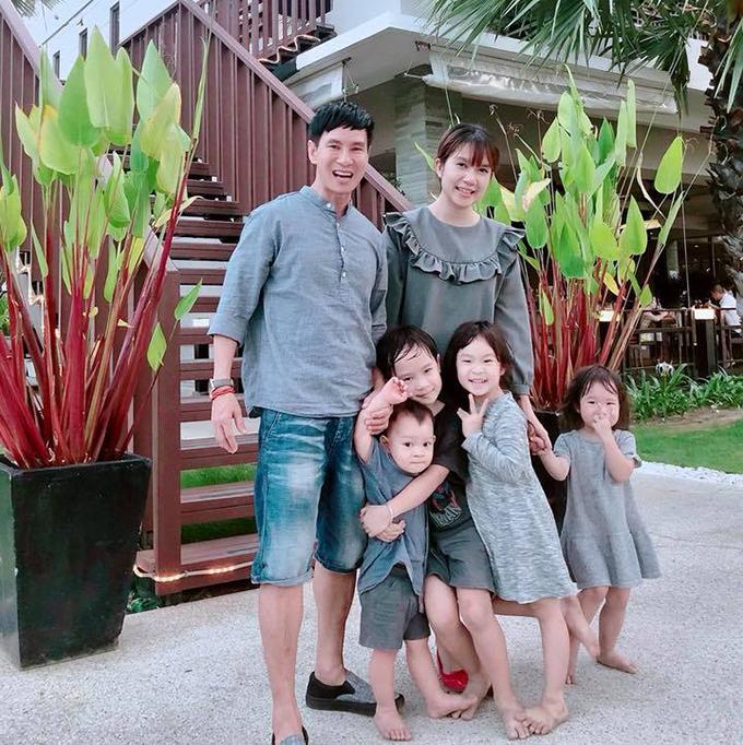 Gia đình Lý Hải - Minh Hà có chuyến du lịch đầu tiên của năm tới đảo Phuket (Thái Lan) với sự góp mặt của đủ các thành viên nhí. Anh viết: Lần đầu tiên được bơi buổi tối bọn nhỏ thích mê, vì hồ bơi nước ấm giống ở Đà Lạt nên mới bơi được, bơi ghiền không muốn lên luôn. Thời tiết ở đây là 33 độ C.
