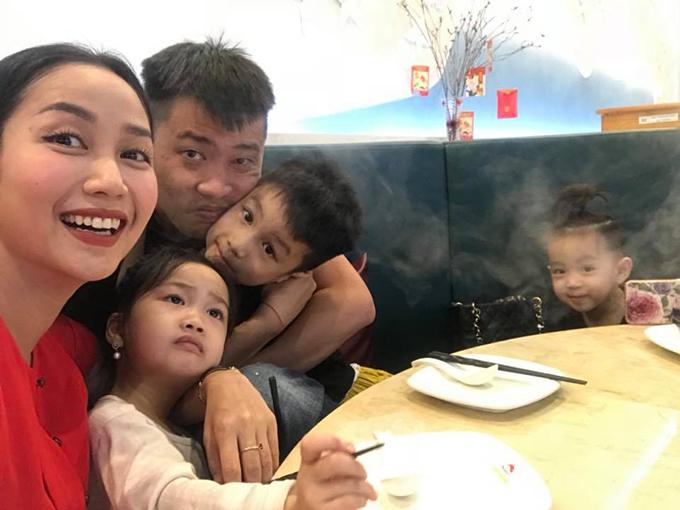 Gia đình Ốc Thanh Vân đi ăn sinh nhật bù của các con và chia sẻ: Hôm nay nhà mình mới được đi ăn sinh nhật bù! Tháng 2 nhà mình có 4 cái sinh nhật lận mà.