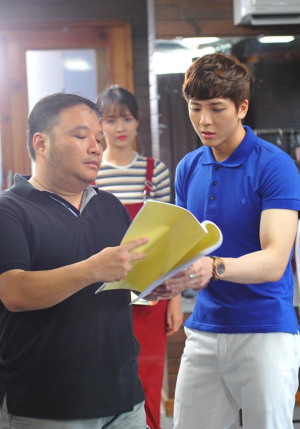 Đạo diễn Nguyễn Hà trao đổi kịch bản với Kent Phạm. Hot boy đóng vai thiếu gia bất động sản, vung tiền nâng đỡ, giúp ca sĩ trẻ Yu Nhi nhanh chóng nổi tiếng. Thử yêu rồi biết dự kiến ra rạp từ ngày 2/3.
