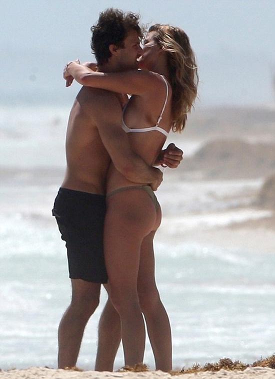 Jack Brinkley-Cook năm nay 22 tuổi, là con trai của siêu mẫu kiêm diễn viên Christie Brinkley. Anh hiện cũng nối gót mẹ trở thành người mẫu.