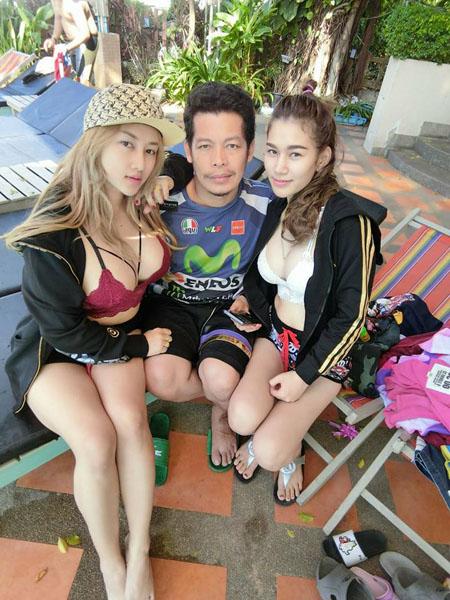 Anh Manop bên hai người vợ trẻ đẹp. Ảnh: Facebook