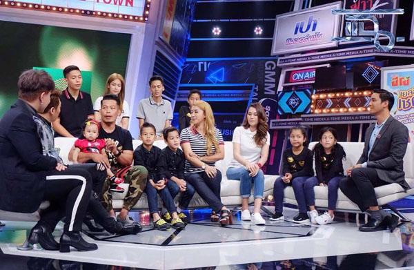 Gia đình hạnh phúc của người đàn ông Thái Lan trên một chương trình truyền hình. Ảnh: Facebook