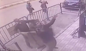 Cảnh sát tay không đỡ bé trai ngã từ ban công tầng 3