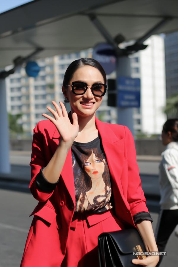 Chiều 24/2, Hương Giang Idol có mặt tại sân bay Tân Sơn Nhất để lên đường sang Thái Lan dự thi Hoa hậu Chuyển giới Quốc tế 2018. Nữ ca sĩ mặc cây đỏ nổi bật, rạng rỡ vẫy chào khi thấy mọi người đến để tiễn cô.