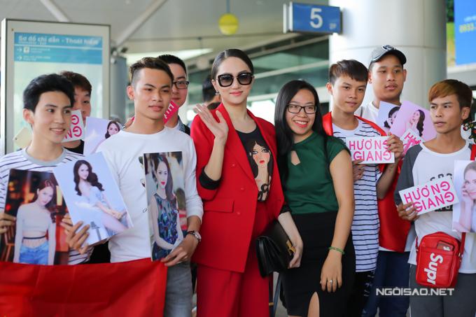 Một số fan ruột cầm ảnh và tên Hương Giang, cổ vũ tinh thần cho cô trước khi đến với đấu trường nhan sắc đặc biệt này.