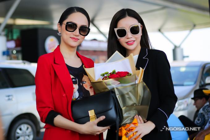 Hoa hậu Lam Cúc tặng hoa cho Hương Giang với mong muốn cô giành chiến thắng.