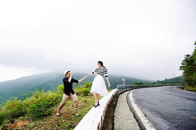 Trong bộ ảnh, Lam Trường - Yến Phương mặc giản dị, hoà cùng đất trời. Họ có những giây phút vô cùng lãng mạn bên nhau.