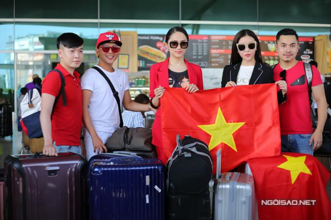 Hương Giang mang theo khá nhiều vali quần áo gồm trang phục đời thường, trang phục dạ hội... với tổng số lượng khoảng 50kg. Chưa kể, người đẹp còn kiện hành lý khác đựng trang phục dân tộc.
