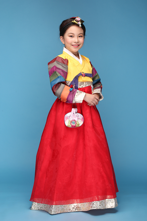 Những thiết kế được lấy ý tưởng từ quốc phục của các quốc gia như Hàn Quốc, Nhật Bản, Việt Nam, Ấn Độ, Trung Quốc, Thái Lan... được các mẫu nhí thể hiện đầy ấn tượng.Kim Nguyễn Đông Nghi diện áo hanbok củaHàn Quốc.