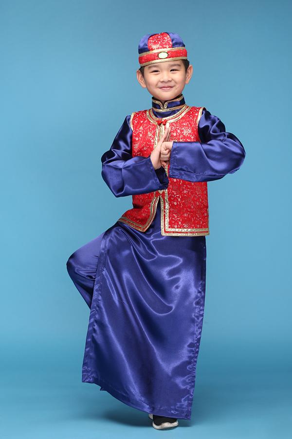 Đây là lần thứ hai chương trình được tổ chức tại Việt Nam, chính vì thế ê-kíp thực hiện dành khá nhiều thời gian và tâm huyết để mang tới sức hút mới mẻ. Huỳnh Phong Vinh trong trang phục truyền thống của người Hoa ở Hongkong.