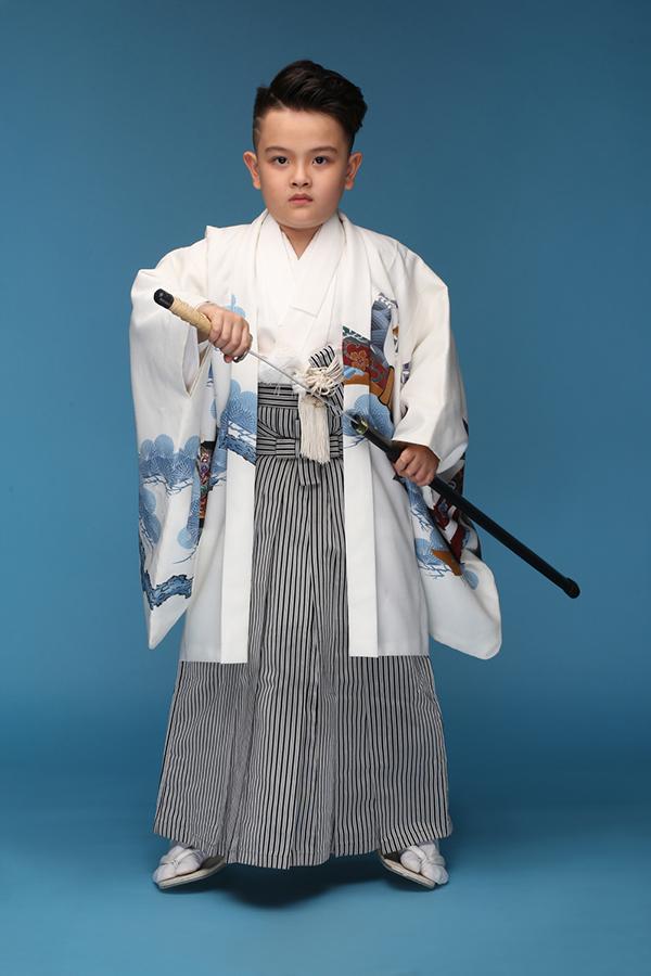 Thiên Bảo thể hiện hình ảnh của một võ sĩ đạo trong trang phục của Nhật Bản.