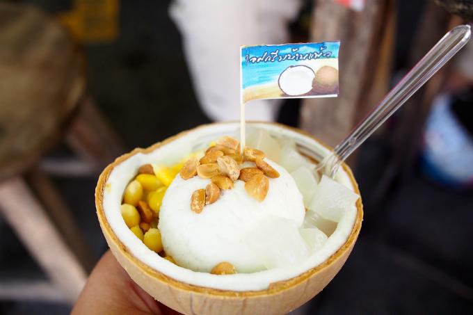 Kem dừa là món ăn đầu tiên tron danh sách mà bạn chắc chắn phải thử qua khi tới khu chợ Chatuchak (Bangkok). Thái Lan là lãnh địa của dừa nên kem dừa ở đây luôn rất tuyệt hảo, vị ngọt, mùi thơm, ăn kèm với lạc, thạch, ngô, dừa nạo, siro...