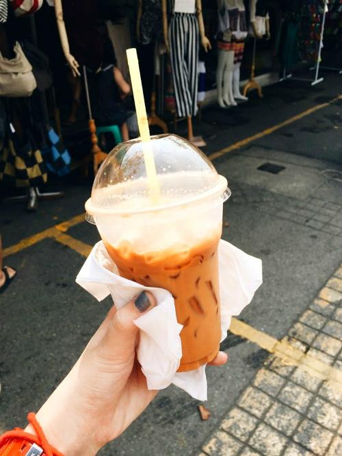 Khi khát nước, một ly trà sữa Thái đỏ hoặc xanh sẽ không chỉ xua tan nắng nóng mà còn có mùi vị đậm đà, thơm mùi sữa, uống một lần là nhớ mãi không quên.