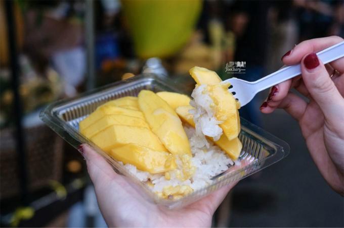 Xôi xoài là đặc sản của cả nền ẩm thực Thái Lan và một trong những nơi ăn món ăn này ngon nhất là ở khu chợ ngoài trời nổi tiếng này. Vị chua của xoài, quyện với nước cốt dừa, ăn kèm xôi trắng quả thực tạo thành hương vị tuyệt vời.