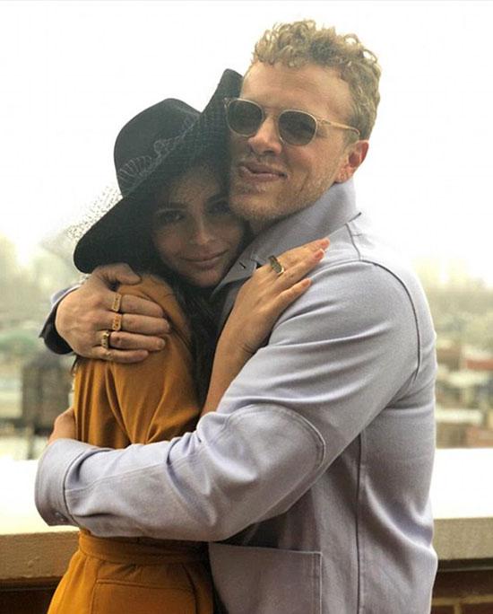 Emily hạnh phúc bên người chồng mới.