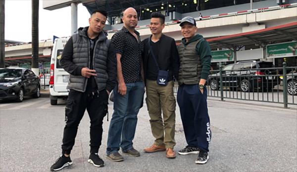 Flores tại sân bay Nội Bài chiều 23/2 cùng một số người bạn. Ảnh: FB.