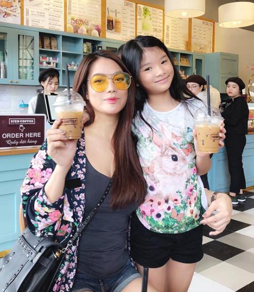 Hai mẹ con Trương Ngọc Ánh tới Nha Trang nghỉ dưỡng và tìm được quán cà phê ưng ý.