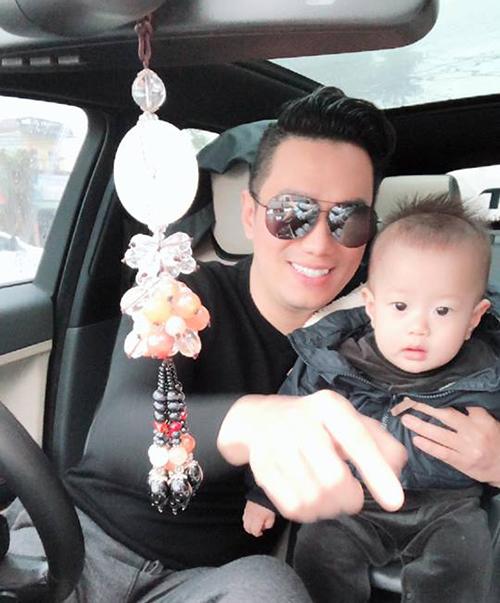 Việt Anh gọi yêu con trai là soái ca. Cả gia đình cùng nhau lái xe về quê thăm hỏi người thân.