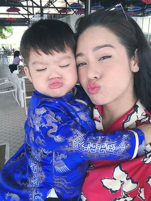Hai mẹ con Nhật Kim Anh chu môi tạo dáng nhưng không quên giữ được thần thái.