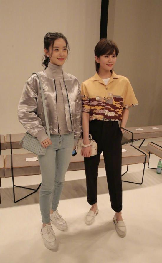 Lưu Thi Thi và cô gái trà sữa Trương Trạch Thiên sánh vai tại sự kiện.