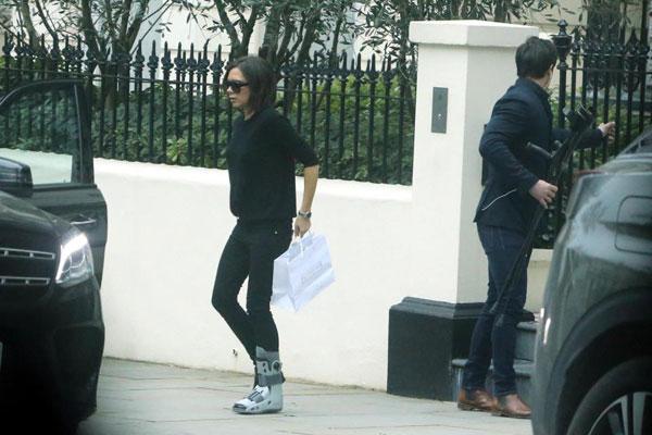 Trợ lý cầm theo đôi nạng của Vic để đưa lên xe khi ra ngoài.