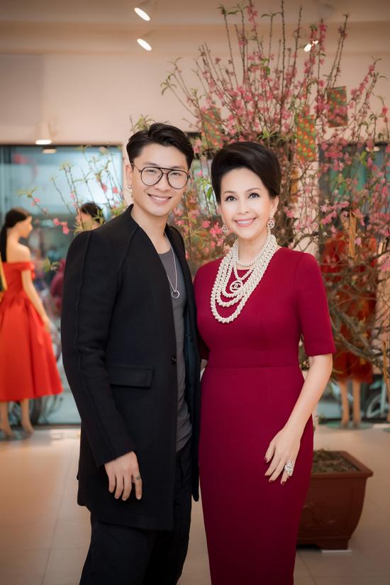 Trần Trung, Giải đồng Siêu mẫu Việt Nam 2015 cũng không bỏ lỡ dịp được chụp ảnh bên nữ diễn viên mà bố mẹ anh rất ngưỡng mộ. Anh cao 185cm và từng tham gia một số dự án phim dành cho giới trẻ.