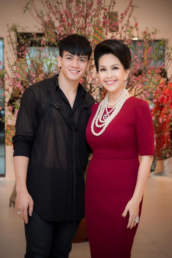 Lê Xuân Tiền khoe body vạm vỡ với áo sơ mi xuyên thấu giữa thời tiết giá lạnh của Hà Nội. Mẫu năm sinh năm 1996 sở hữu chiều cao 185cm, có số đo ba vòng 103-79-102.