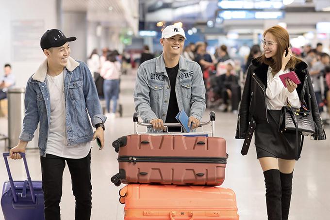 Mới đây, Lâm Vinh Hải, Linh Chi và bạn bè có mặt tại sân bay Tân Sơn Nhất để đi Hàn Quốc du lịch.