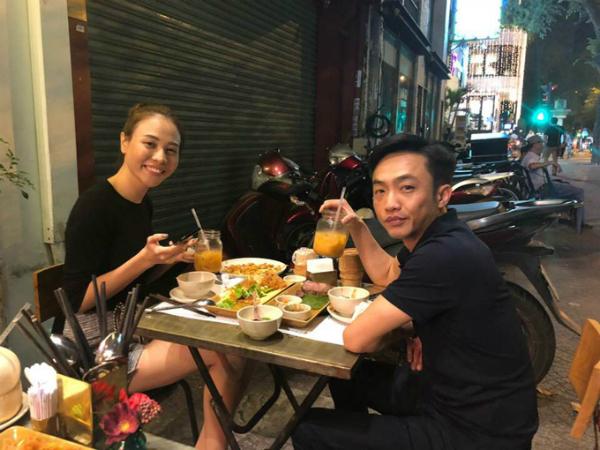 Trước đóvài ngày, nhân dịp lễ Tình yêu, doanh nhân Cường Đô La đăng bức ảnh ăn tối tại vỉa hè cùng Đàm Thu Trang, kèm theo chú thích Our 14/2/2018. Đây là lần đầu tiên anh đăng ảnh chụp chung với bạn gái trên trang cá nhân kể từ khi hai người yêu nhau.
