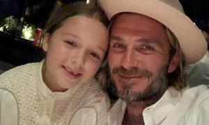 Becks và con gái cưng hát véo von trong nhà tắm