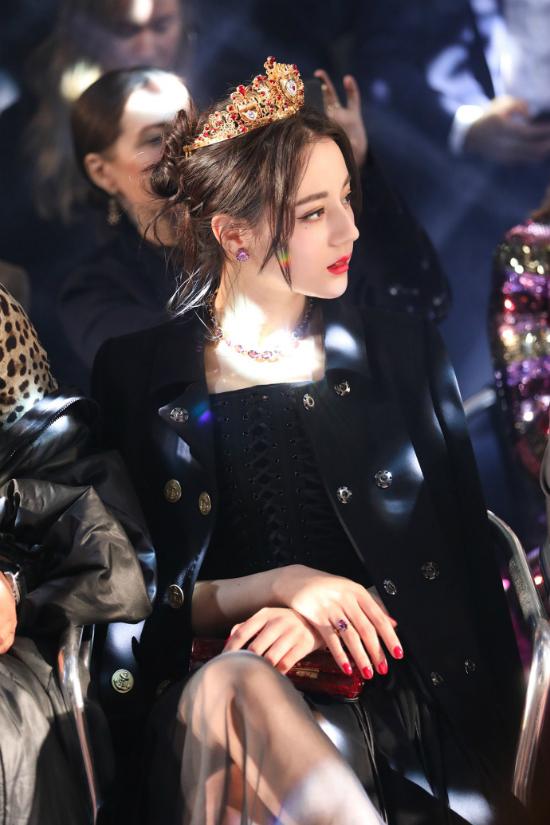 Địch Lệ Nhiệt Ba góp mặt tại Tuần lễ Thời trang Milan Thu Đông 2018, cô dự show thời trang của thương hiệu cao cấp Dolce Gabbana. Trên hàng ghế khách mời, ngôi sao Trung Quốc đeo vương miện vàng lấp lánh, phục sức gợi cảm, gương mặt đẹp hoàn hảo.