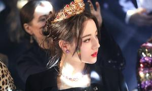 'Mỹ nữ Tân Cương' đội vương miện, diện trang phục như nàng công chúa