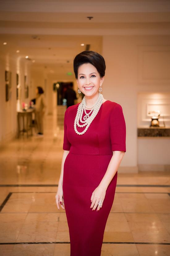 Là người rất mê thương hiệu Chanel, mỹ nhân không tuổi sở hữu hàng trăm vòng ngọc trai của nhãnnổi tiếng này. Chị thường xuyênkết hợp trang sức đắt đỏ với nhiều trang phục từ đời thường đến dự tiệc.