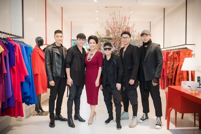 Diễm My cùng dàn mẫu còn ghé thăm showroom tại Hà Nội của NTK Đỗ Mạnh Cường để mở hàng cho anh.