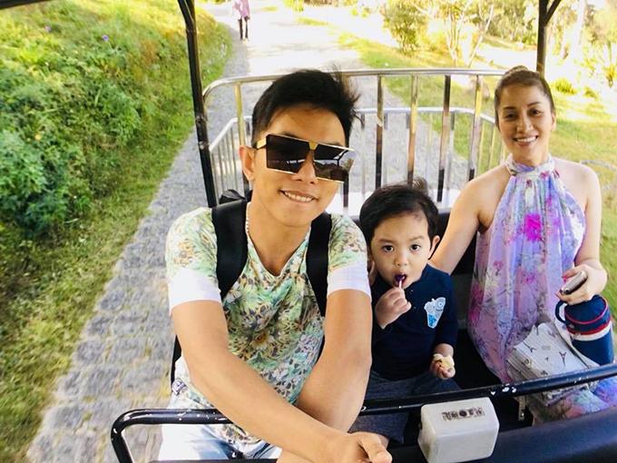 Phan Hiển đưa vợ và con trai đi chơi đầu năm và úp mở: Ở một cao nguyên nào đấy, cả nhà có biết gia đình Kubi đi đâu chơi không?.