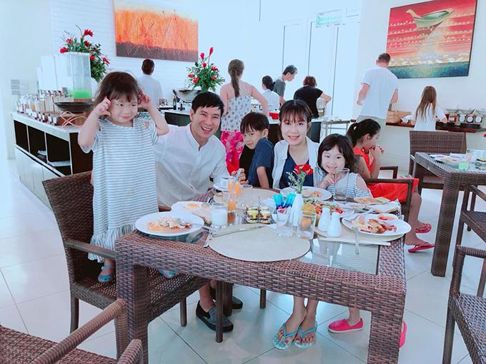 Gia đình Lý Hải - Minh Hà đang có kỳ nghỉ ở Bangkok (Thái Lan). Các bé háo hức vì được đi chơi xa cùng bố mẹ.