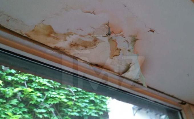 Norman cũng đang kiện Justin Theroux vì cho rằng nước từ căn hộ của nam diễn viên ngấm xuống nhà anh làm hỏng hết tường phòng khách.