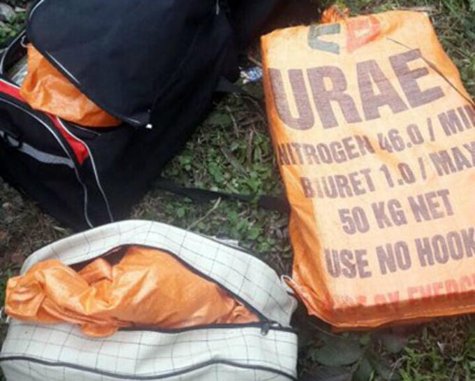 Những bao dứa và túi đựng heroin được Bằng và Thành ném từ ôtô xuống đường.Ảnh: Bảo Ngọc