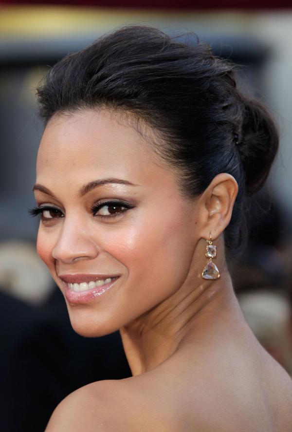 Xuất hiện tại lễ trao giải Oscar 2010, nữ diễn viên Avatar Zoë Saldana chọn kiểu tóc bới cao mái phồng, mắt khói nhẹ và son môi nude bóng.