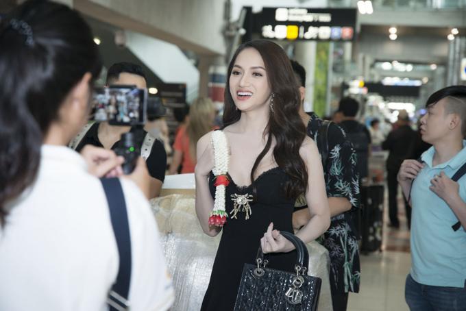 Hương Giang rạng rỡ gặp gỡ ban tổ chức Hoa hậu Chuyển giới Quốc tế - 1