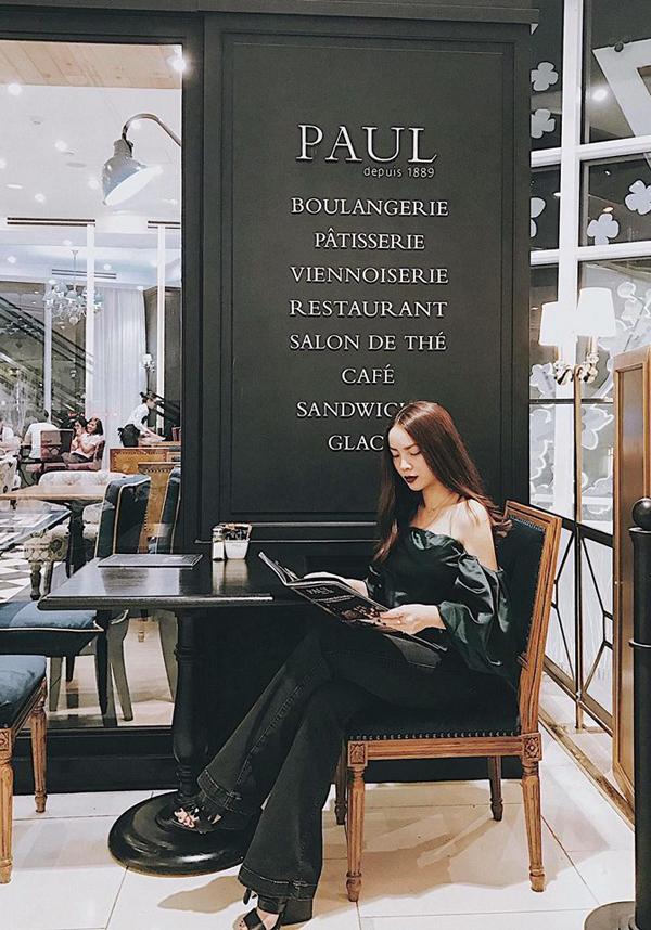Quần jean ống loe theo phong cách cổ điển là một trong những món đồ thường được Yến Trang yêu thích. Bên cạnh các mẫu váy in họa tiết, khai thác vẻ điệu đà, ca sĩ luôn mang tới sự mới mẻ về phong cách street style với cách phối đồ linh hoạt.