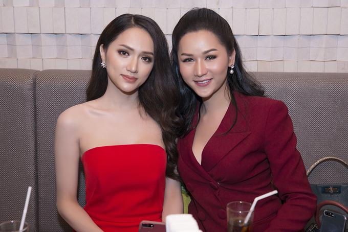 Hương Giang khoe vai trần bên một thí sinh mặc váy xẻ ngực sâu.