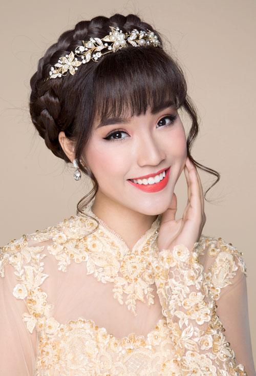 Thả vài lọn tóc xoăn buông lơi hai bên mai cũng là một gợi ý giúp cô dâu thêm điệu đà và các đường nét trên khuôn mặt nhờ vậy trở nên mềm mại hơn.