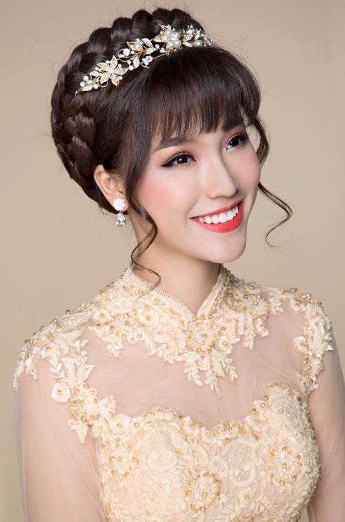 Bộ ảnh được thực hiện với sự hỗ trợ của chuyên gia trang điểm, làm tóc Hồ Khanh, photo Phan Thành Cân và thiết kế hình ảnh Phạm Đúng.