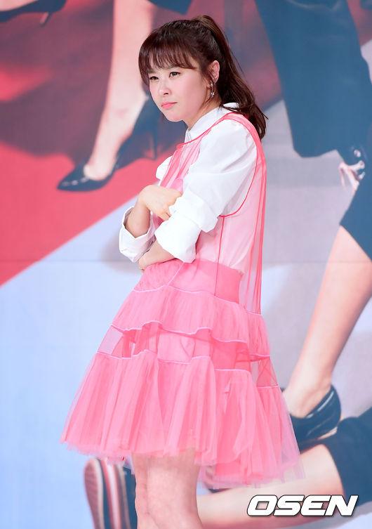 Choi Kang Hee xinh tươi, trẻ trung khi dự buổi họp báo ra mắt phim mới Mystery Queen 2. Tác phẩm nối tiếp thành công của phần đầu Mystery Queen -một bộ phim hài từng rất được khán giả yêu thích.